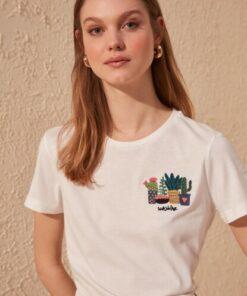 TRENDYOLMİLLA Beyaz Nakışlı Basic Örme T-shirt TWOSS19PB0013
